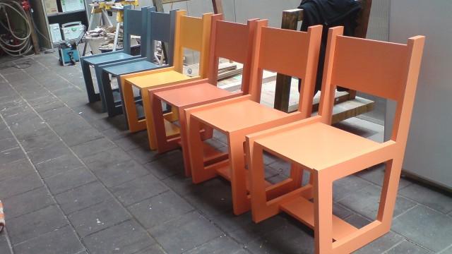 Houten stoelen, ze staan te popelen.
