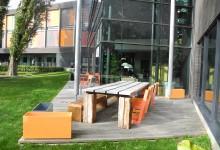 @Factorium Tilburg stoelen en tafels in bedrijfskleuren.