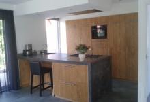 Eiken keuken met betonnen blad in Friesland.