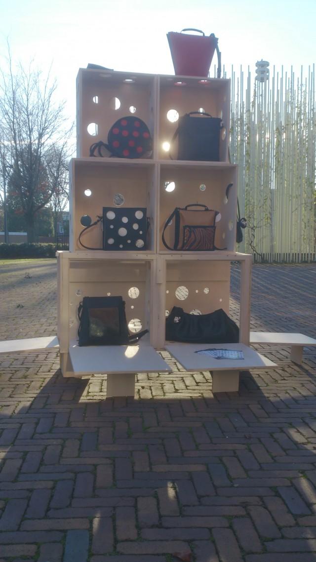 Demonstratie meubel voor tassen@Maria La Verda
